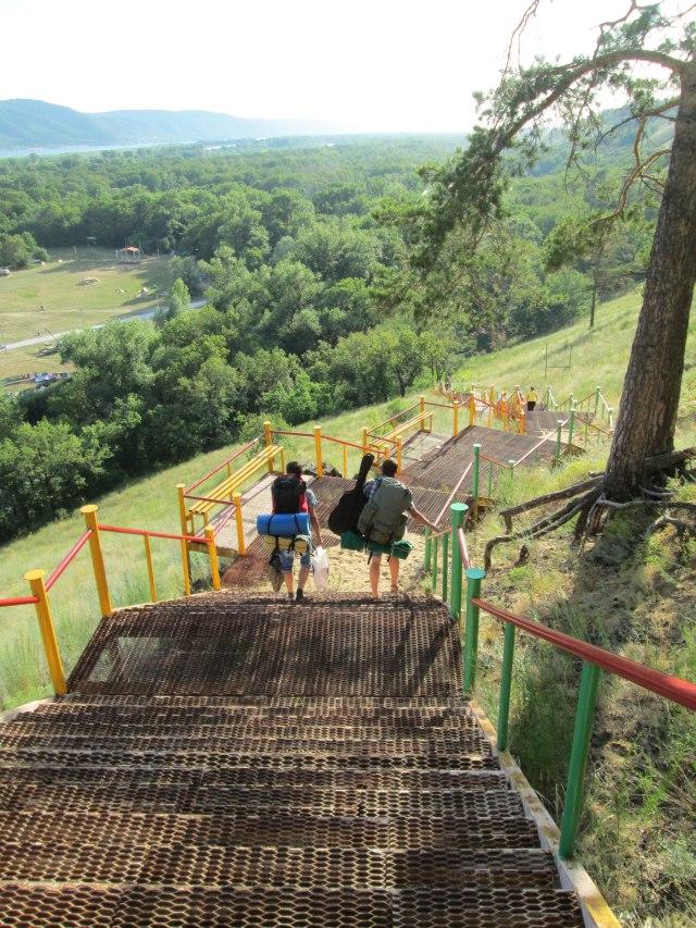нужно спуститься с огромной лестницы на фестивальную поляну
