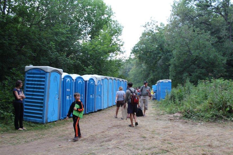 В разных местах фестиваля появилось огромное множество бесплатных мерзких биотуалетов