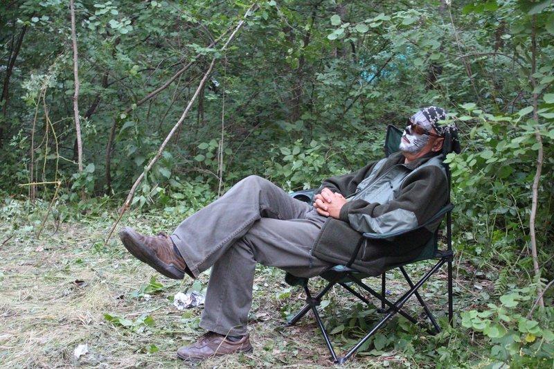 Подвыпивший мужик в раскраске котика спит на концерте Томского барда Романа Ланкина
