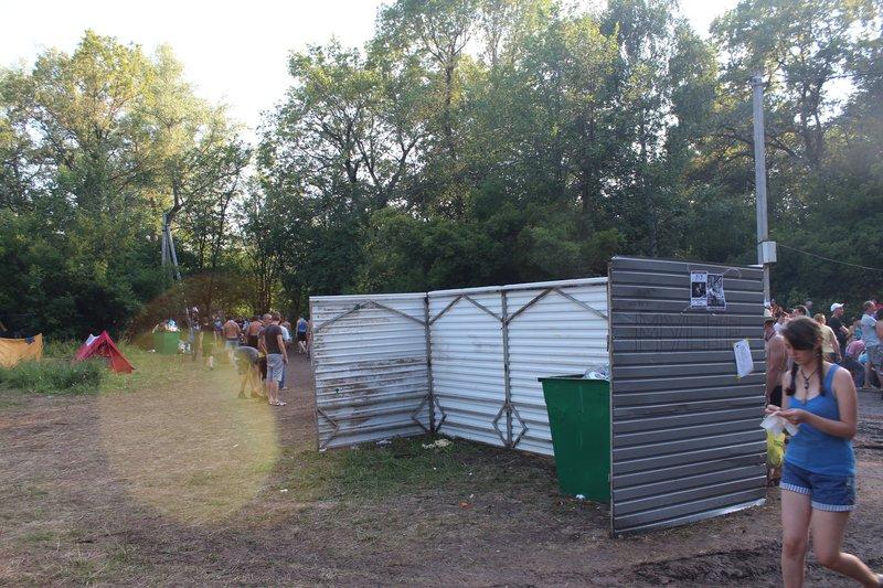 на поляне появились пункты для сбора мусора