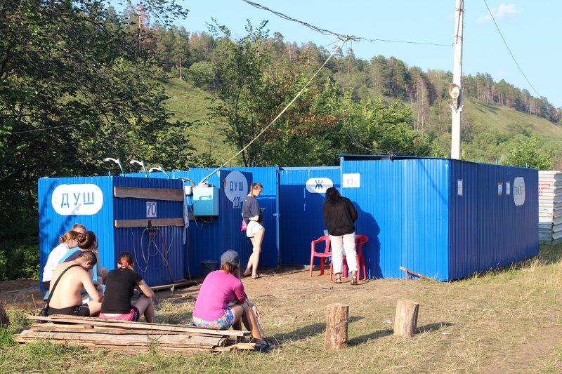 Для гламурной части публики появились платные стационарные туалеты с душем