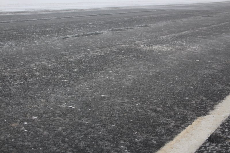 На самом асфальте был слой льда в сантиметр толщиной