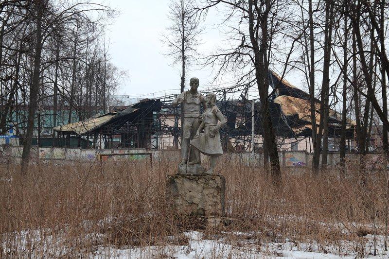 Скульптура на фоне разрушенного непонятно чего