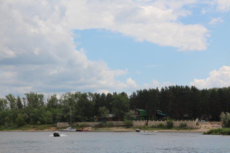 Вид на турбазу на острове с одного из грушинских пляжей