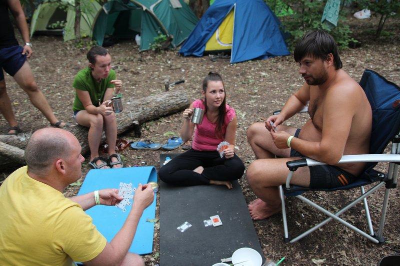 Тем временем, у нас в лагере играли в карты на консервы