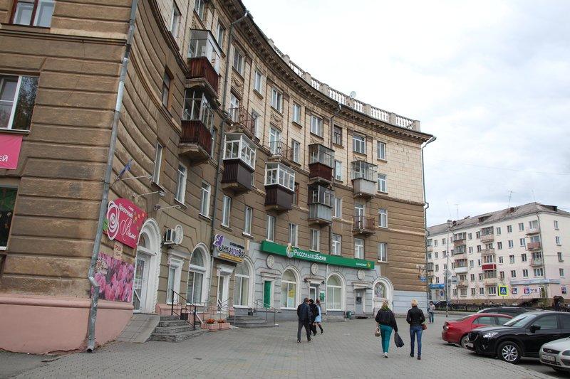 сталинку построили полукгругом вокруг небольшой площади