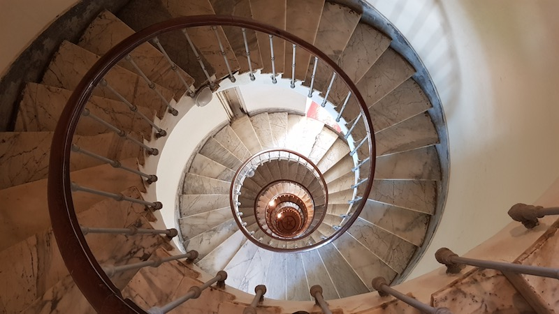 Внутри винтовая лестница