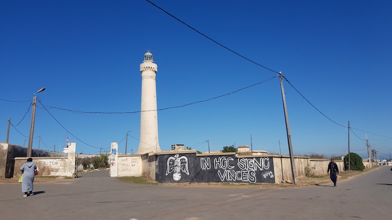 Примерно напротив центра Касабланки на берегу расположен маяк