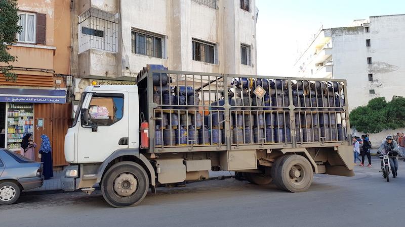 Развозят их специальными грузовиками