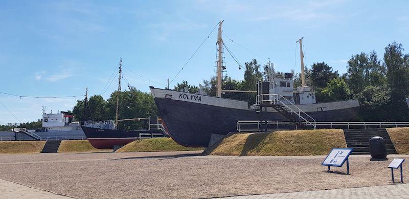 На выезде из музея несколько настоящих кораблей, по которым можно полазить