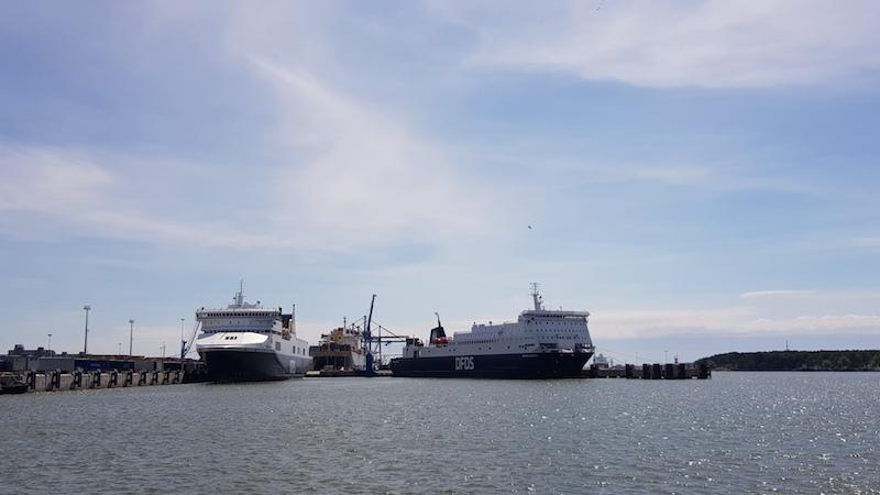 Рядом большие кораблики