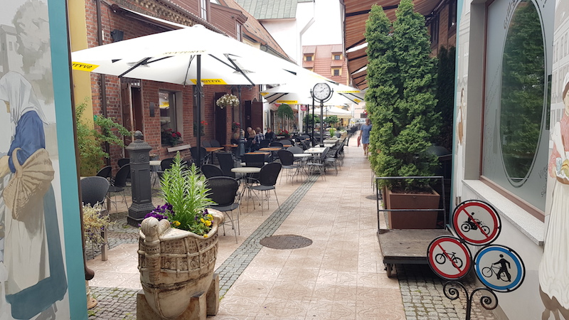 Это небольшая улочка, внутри 5 или 6 разнотипных ресторанов