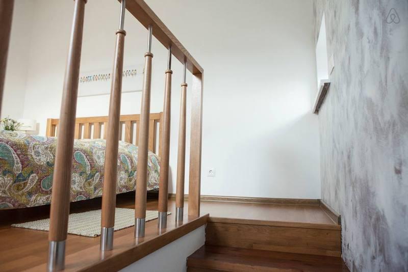 Лесенка на полуторный этаж, на этом этаже отдельная зона с большой кроватью. Уюта добавляем большое окно в крыше. Еще одно фото с АирБНБ