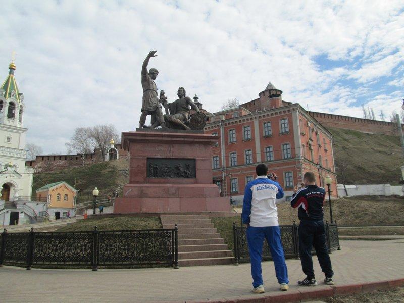 Штангисты втыкают на памятник Минину и Пожарскому