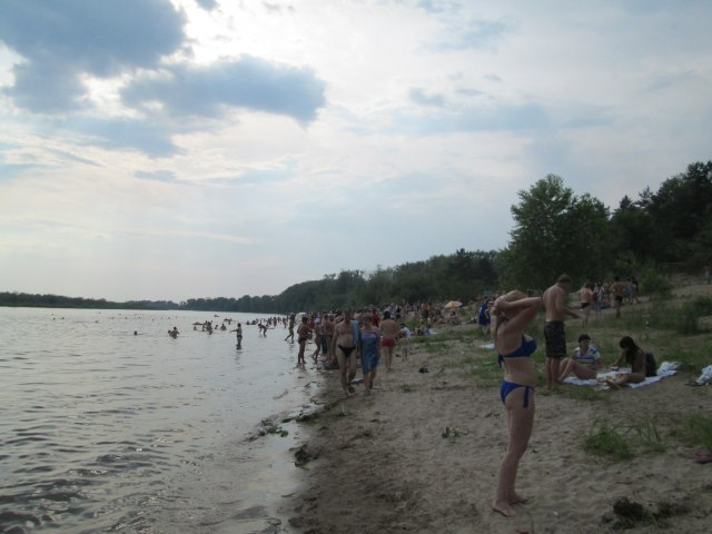 Людей было не очень много, с городским пляжем не сравнить