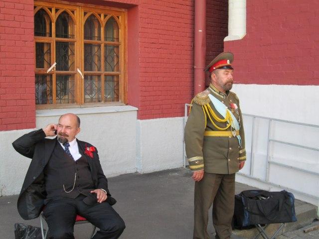 Ленин звонит другу по мобильному, а Николай II скучает