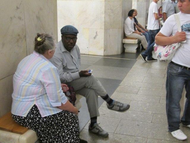 Пожилые люди обсуждают свои проблемы