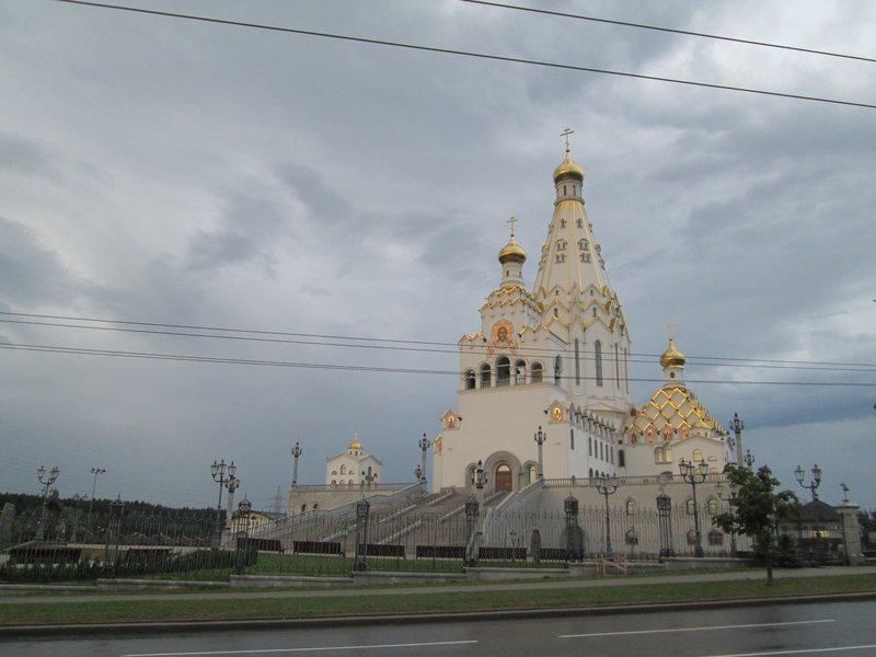 В городе есть достаточно богатые церкви и храмы