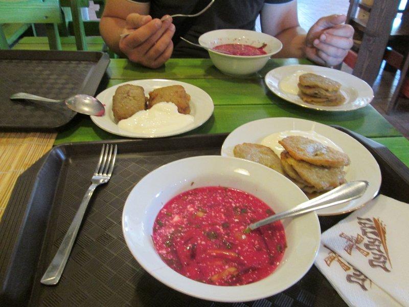 Обед с национальными блюдами на фото вышел примерно в 350 российских рублей на двоих