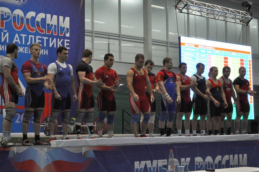 Перед началом состязания спортсменов выводят на сцену и представляют