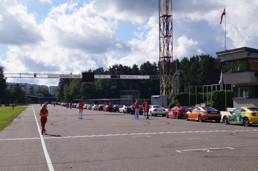 Всего на слет приехало около сотни машин