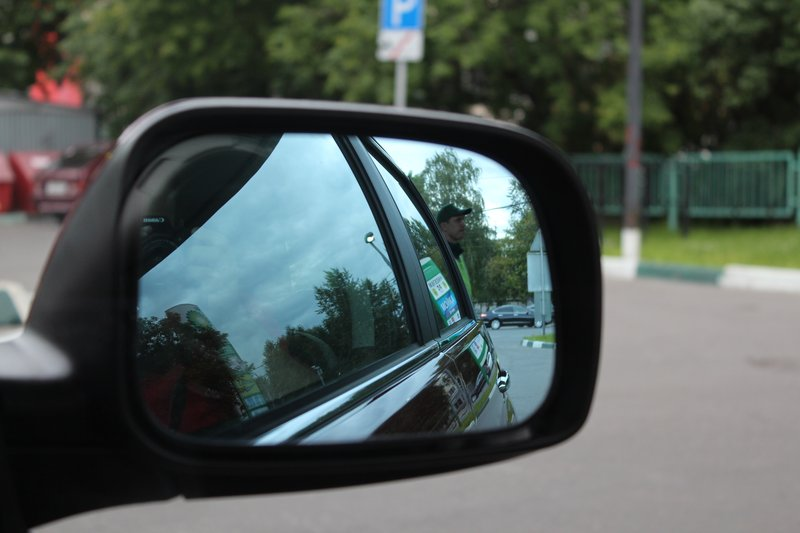 Зеркала, как и на всех современных машинах, удобные и большие