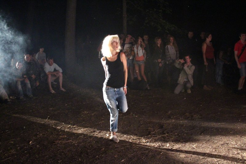Девушка танцует под любимую группу