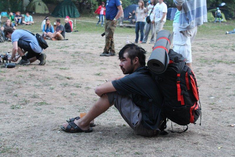 Грустный опухший панк слушает концерт на второй день фестиваля