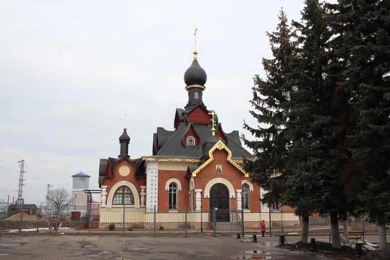 Около вокзала расположена очень красивая новая церковь