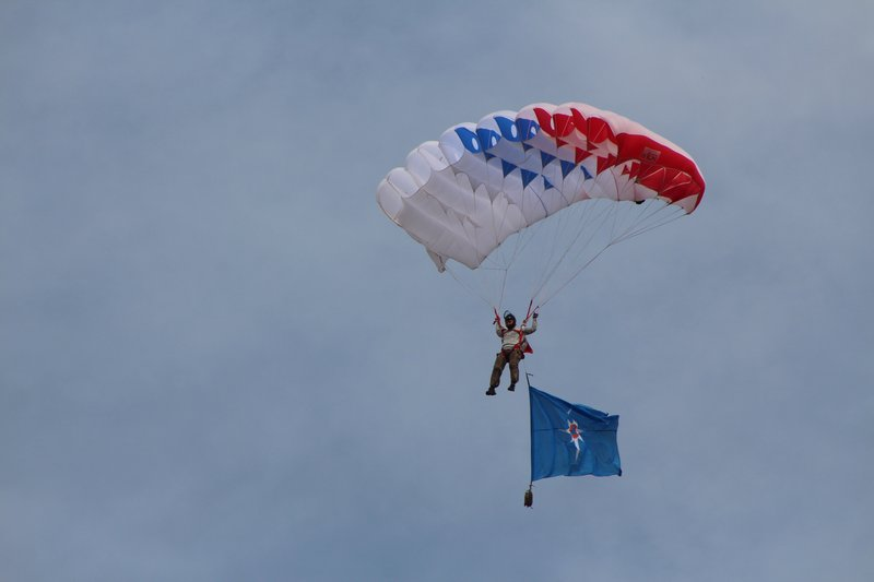 Завершилась программа массовой высадкой парашютистов