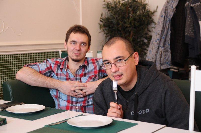 Слева Павел, наш программист-стажер, справа - Руслан Ma3oBblu