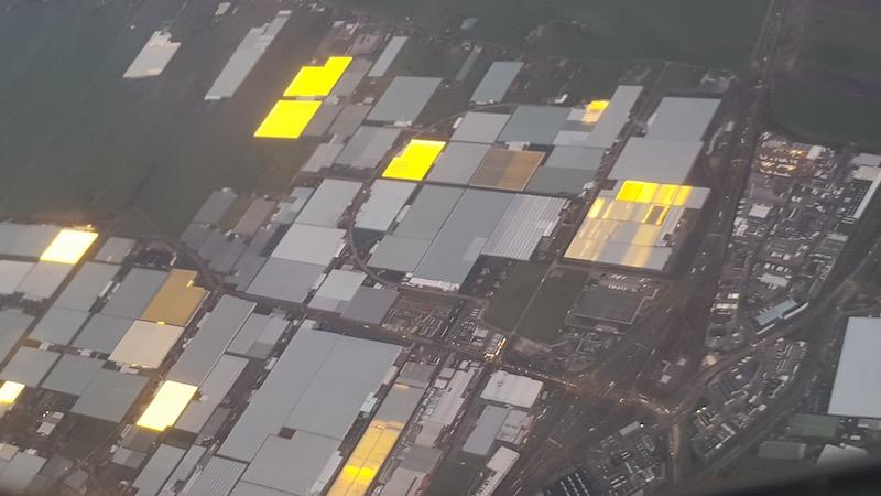 На подлете к Амстердаму обнаружены огромные освещаемые теплицы