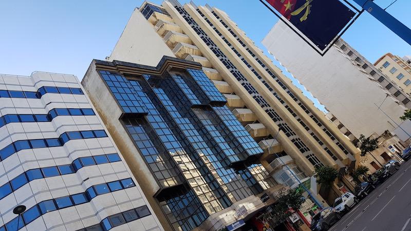Много современных зданий
