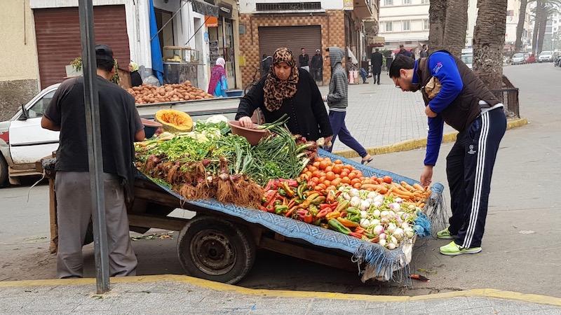 Торговцы овощами на районе