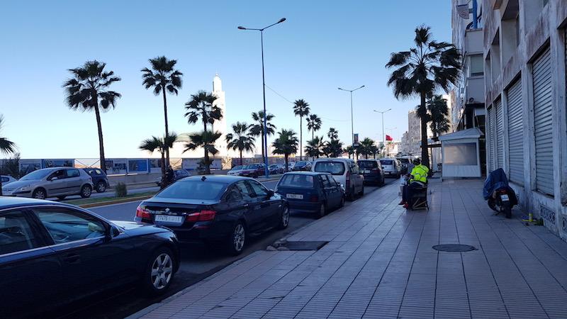 Кстати, парковка в большинстве мест в центре города - платная. Паркоматов не замечено, обслуживается специально обученными парковочными арабами