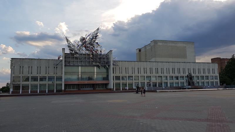 Красивое здание центра искусств: