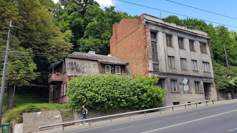 По дороге встречаются очень симпатичные здания