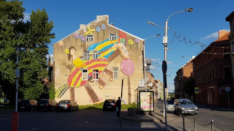 В городе встречаются просто ураганные граффити!