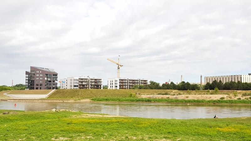 Новые дома строятся, речка течет, мужик рыбку ловит