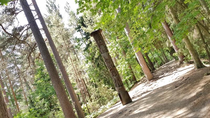Гора ведьм - небольшой пеший маршрут через лес, облагороженный различными деревянными скульптурами. Кто на косе - очень рекомендуем, прогуляться клево