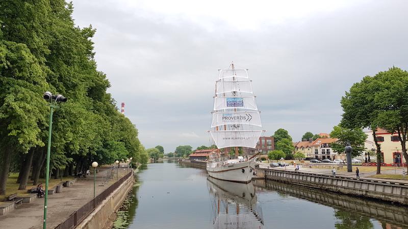 Кораблик для туристов, насколько я понимаю - один из символов города