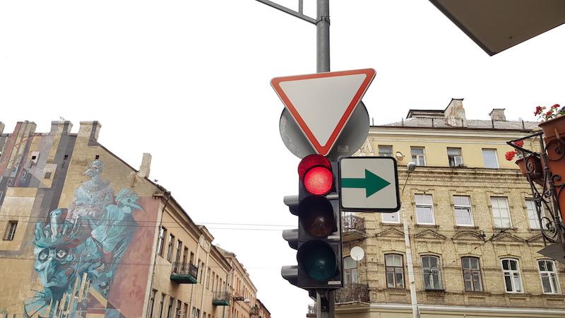 Непривычная для России реализация - направо можно всегда