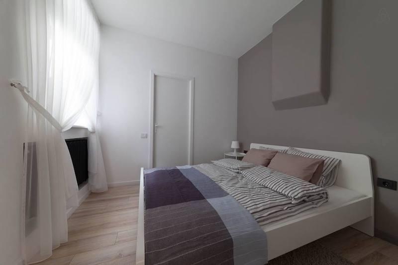 Дальше - проходная спальня с большой кроватью и дверь в санузел. Еще одна фотка с АирБНБ: