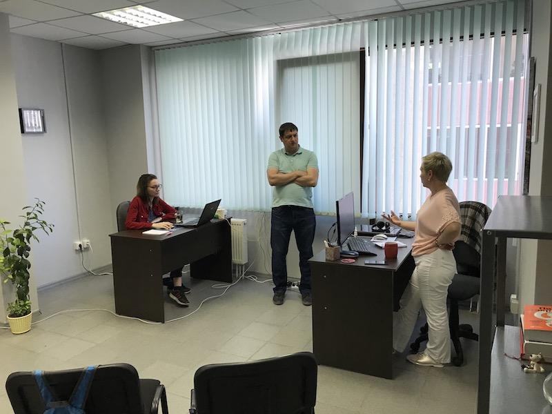 Патриот выпытывает секреты в офисе Ольги Любимцевой