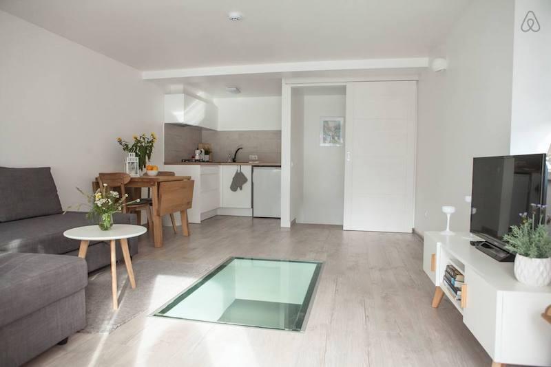 Заходишь - и попадаешь в достаточно просторную и уютную кухню-гостиную с охеренным окном в полу!